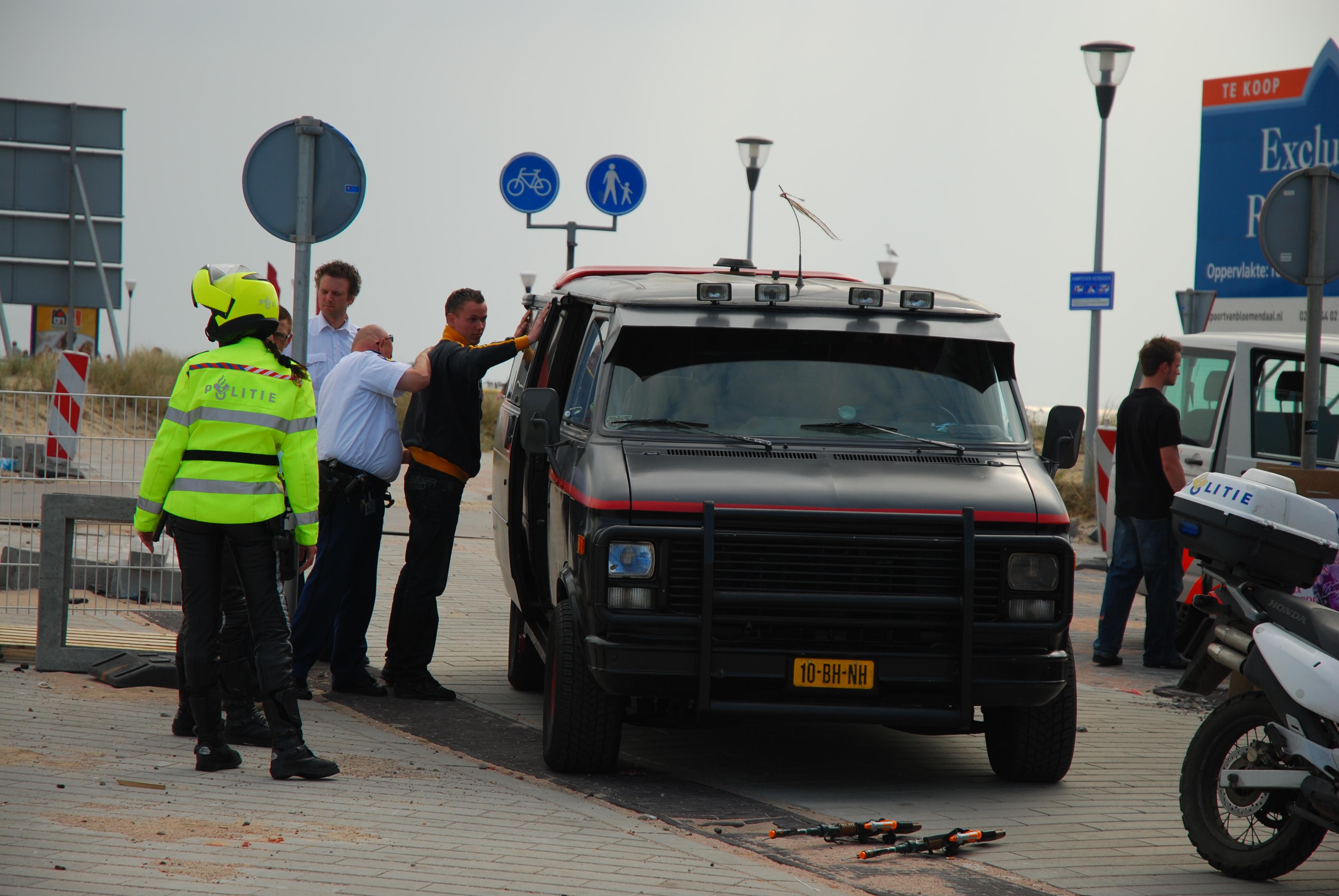 Geenstijl fotoos arrestatie a team te zandvoort for Auto interieur den haag