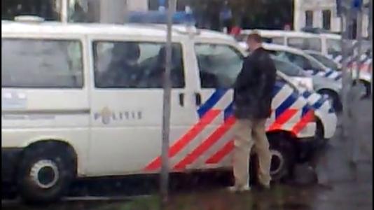 manpisttegenpolitiewagen.png