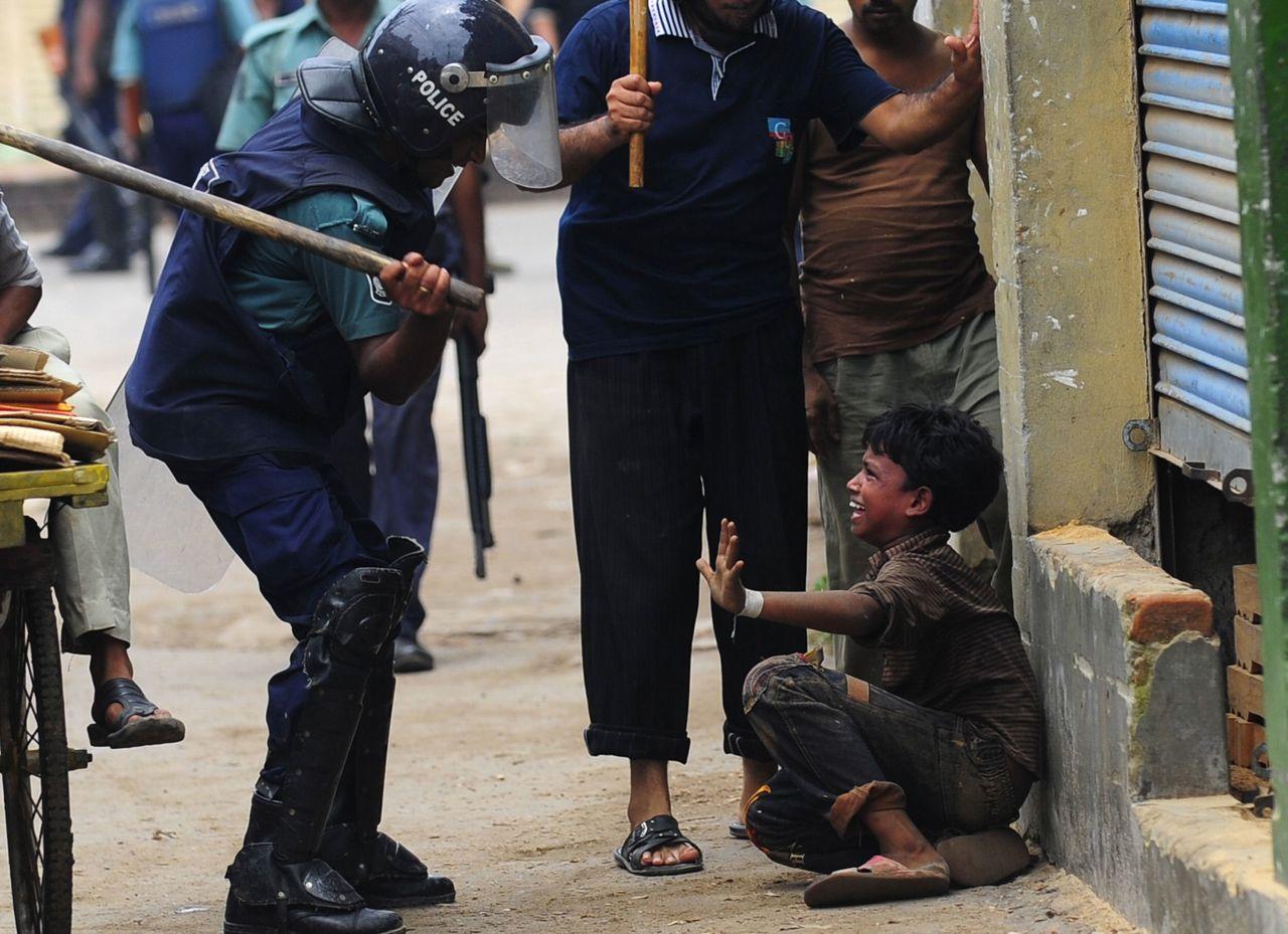 Сара янг с двумя полицейскими 5 фотография