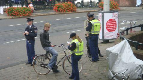 politiestoepfietser477.jpg
