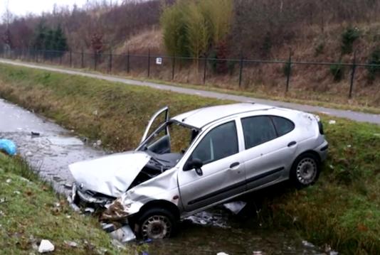 Geenstijl Doodslag Idioot In Audi A8 Duwt Renault In Sloot