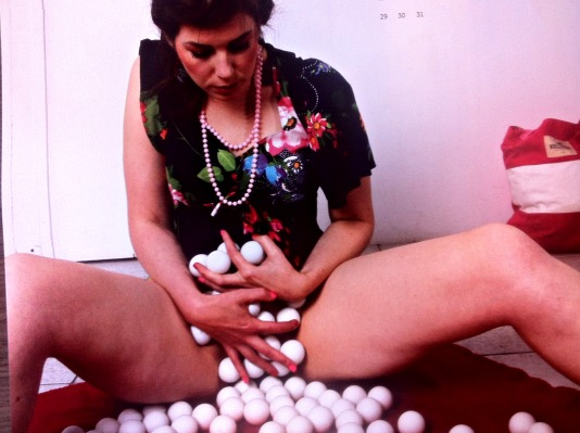 wijfmetpingpongballen.jpg